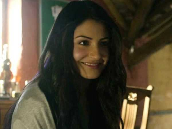 """I'm not uncomfortable romancing married heroes"" - Anushka Sharma"
