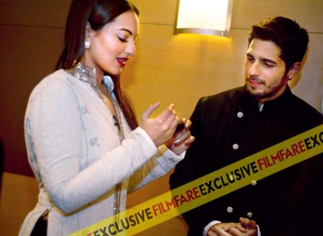 Wonder what, or shall we say who has caught Sonakshi's attention on her phone? A patient Sidharth waits on her