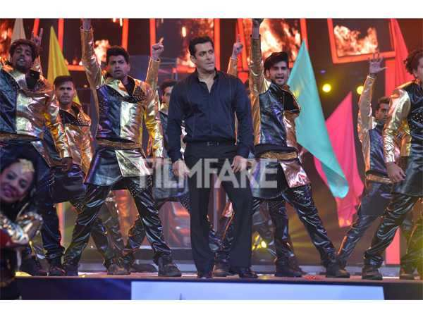 Salman Khan performing at Filmfare Awards