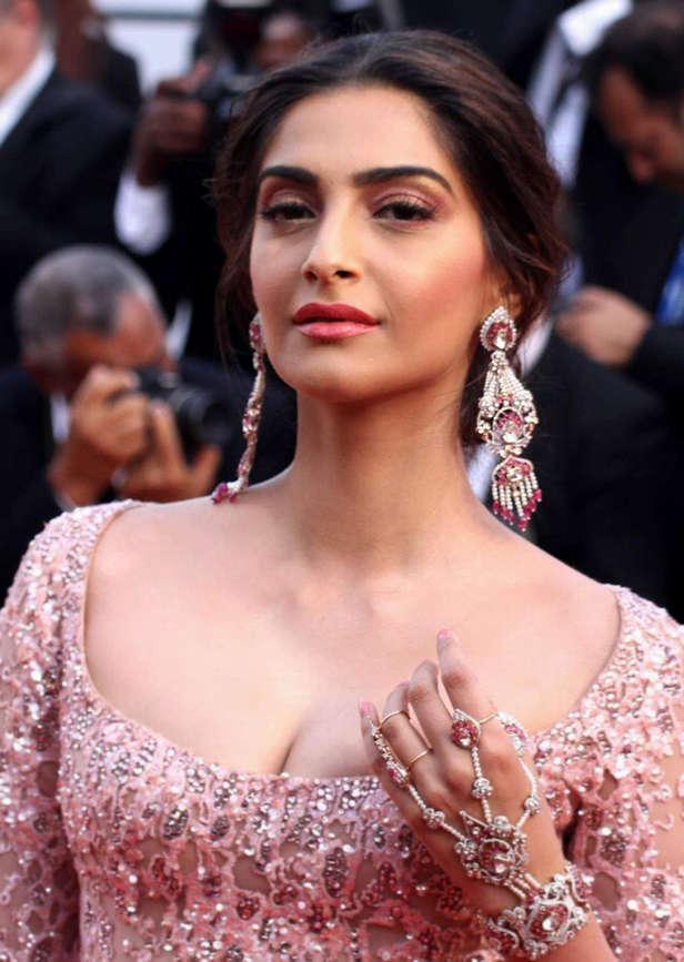 Deepika Padukone, Kareena Kapoor Khan, Sonam Kapoor, Aishwarya RaiBachchan, Kangana RanautDeepika Padukone, Kareena Kapoor Khan, Sonam Kapoor, Aishwarya RaiBach