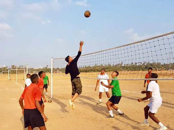 Akshay Kumar spends his Sunday playing volleyball on Juhu beach