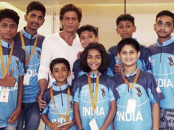 Shah Rukh Khan meets cancer survivor kids at his residence