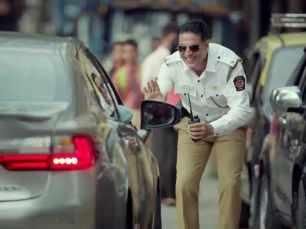 Akshay Kumar turns traffic police