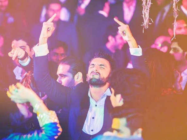 Check out this picture of Ranveer Singh having a blast at his cousin's wedding