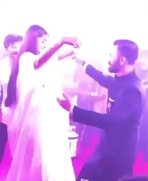 Sonam and Anand dancing on Mujhse Shaadi krogi