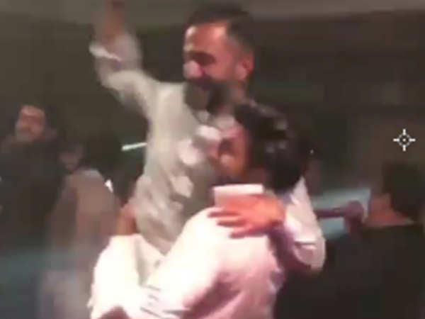 Video! Ranveer Singh lifts groomie Anand Ahuja as they hit the dance floor