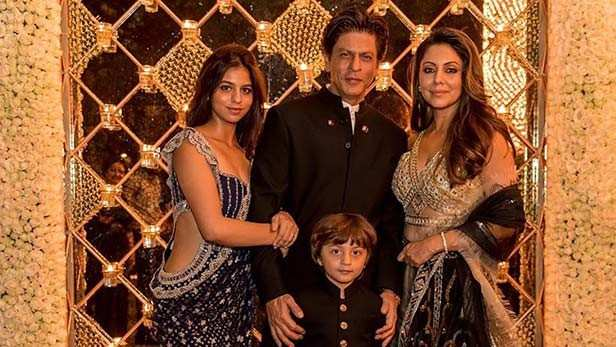 Shah Rukh Khan strikes a pose with Gauri and Suhana Khan in New York