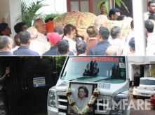 Krishna Raj Kapoor's mortal remains being taken to the Chembur crematorium