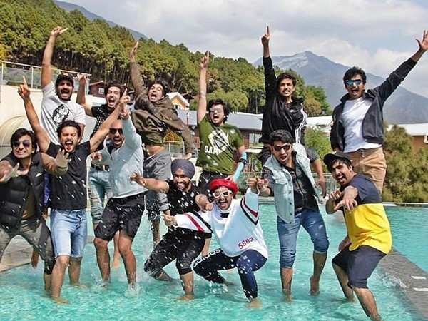 Ranveer Singh sings along with the cast of '83 in Dharamshala