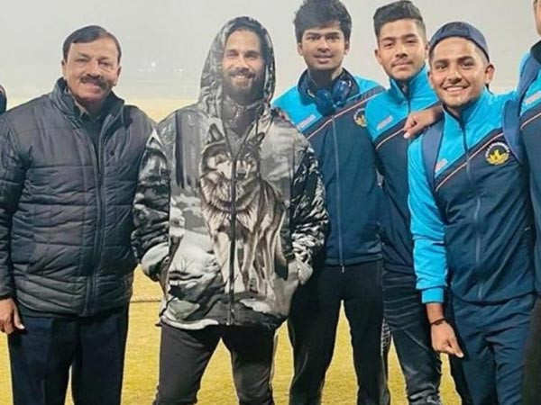 Shahid Kapoor meets up with local cricketers in Chandigarh