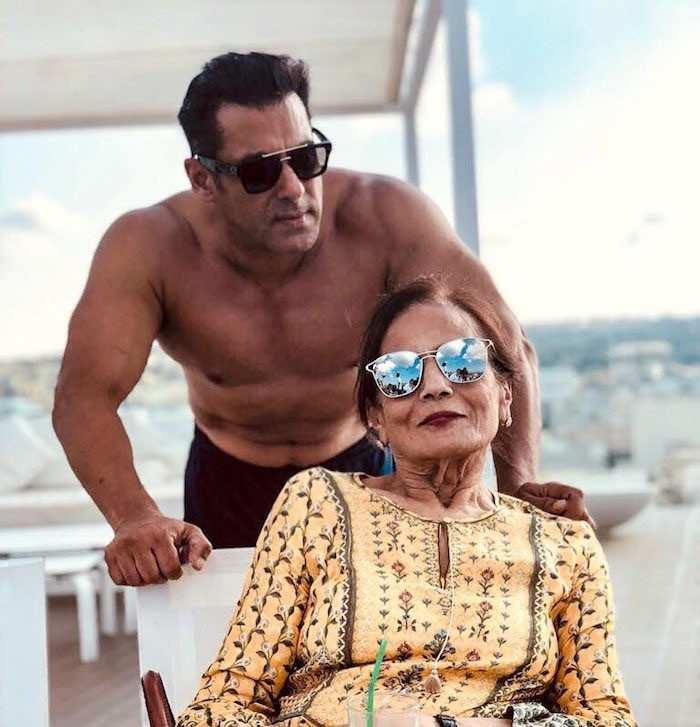 """Muhtemelen en çok Salman Khan'a sorulan soru, aktörün evleneceği zamandır. Şey, bu soruyu soran insanları suçlamayın, çünkü Salman kuşkusuz birkaç yıldan fazla bir süredir B-kasabasının en uygun bekçisidir. Megastar şu anda bayram bültenini Bharat tanıtmakla meşgul. Ali Abbas Zafar'ın yönettiği film ayrıca Katrina Kaif'i Disha Patani, Sunil Grover ve Tabu ile birlikte çok önemli bir bölümde canlandırıyor. Katrina ve Salman, Bharat'ı tanıtırken arka arkaya çeşitli röportajlar veriyorlardı ve son zamanlarda Bollywood'un Bhaijaan'ı lider bir gazeteciye röportaj vermek için oturduğunda, söylediği evlenme konusundaki görüşleri hakkında sorgulandı. evlilik. Bence bu ölmekte olan bir kurum. Ben buna hiç inanmıyorum. Arkadaşlık? Evet. """"Bundan sonra ne söyleyebiliriz? Salman kesinlikle evlenme kurumu konusundaki tutumunu açıkça ortaya koydu. Bollywood'daki tüm güncellemeler için bu alanı izlemeye devam edin."""