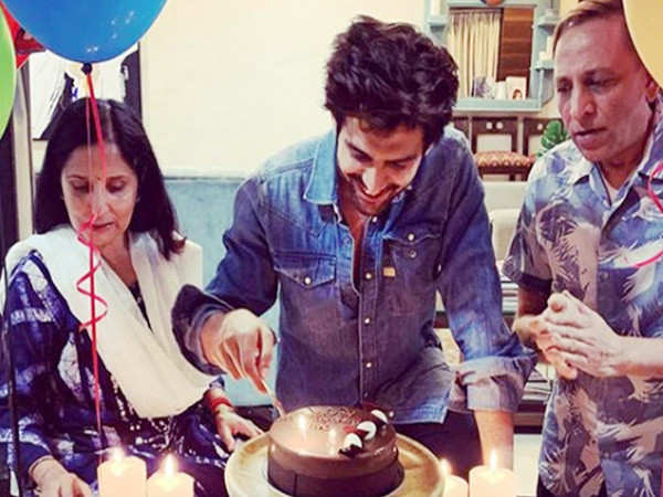 Kartik Aaryan Rings In His Birthday With His Family