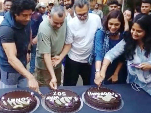 Toofan: Farhan Akhtar and Mrunal Thakur celebrate 50% shoot completion