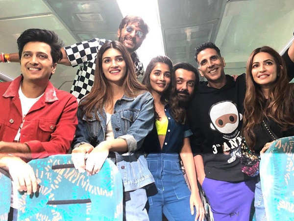 Videos: Team Housefull 4 had a blast while travelling by the train