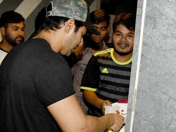Video: Varun Dhawan just did the sweetest gesture for a fan