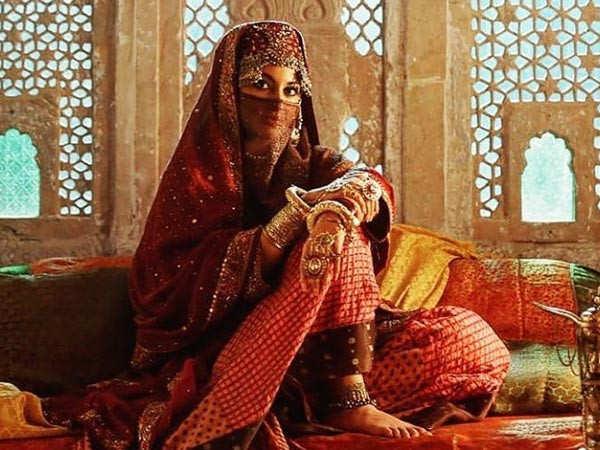 Sonakshi Sinha unveils her first look from Laal Kaptaan