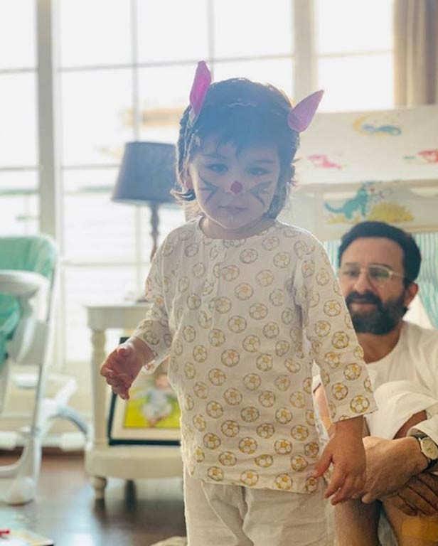 Aujourd'hui, c'est Pâques et contrairement à chaque année où les Kapoors se réunissent pour célébrer l'occasion, cette année, ils ont été vus maintenir la distance sociale et célébrés chez eux. Kareena Kapoor Khan a donné un aperçu de ses lapins de Pâques Saif Ali Khan et Taimur Ali Khan ce matin sur les réseaux sociaux, montrant comment le duo père-fils passe du temps le dimanche de Pâques. Karisma Kapoor est également allée sur Instagram pour partager des photos d'elle toute habillée à Pâques, mais a mentionné dans sa légende qu'elle restera à la maison cette année et qu'elle célébrera d'une nouvelle manière. Soha Ali Khan et la petite Inaya Kemmu de Kunal Kemmu ont été vues dans une adorable photo publiée par Soha donnant un aperçu parfait de leur célébration de Pâques. Eh bien, on dirait que les Kapoors et les Pataudis se sont assurés qu'ils faisaient autant qu'ils le pouvaient pour célébrer Pâques.