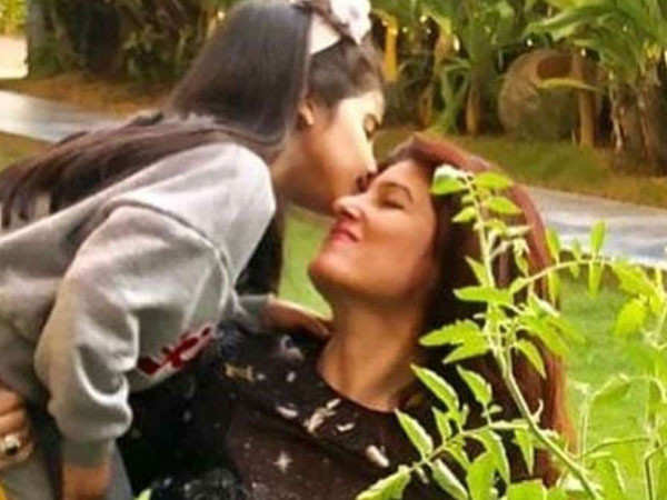 Twinkle Khanna Shares An Adorable Picture With Daughter Nitara