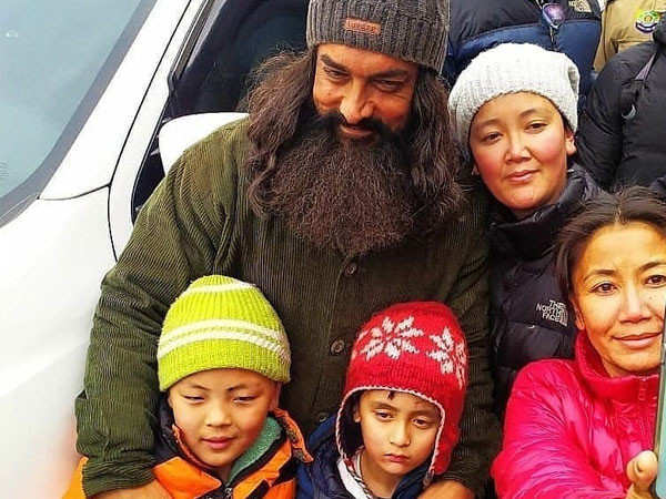 Aamir Khan meets up with fans while shooting for Laal Singh Chaddha