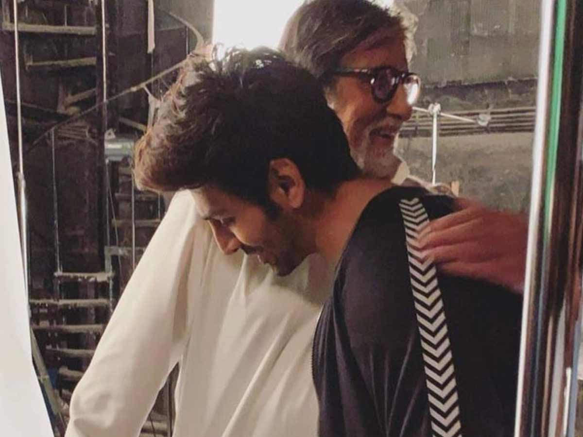 We tell you how Kartik Aaryan got a Poster Signed by Amitabh Bachchan