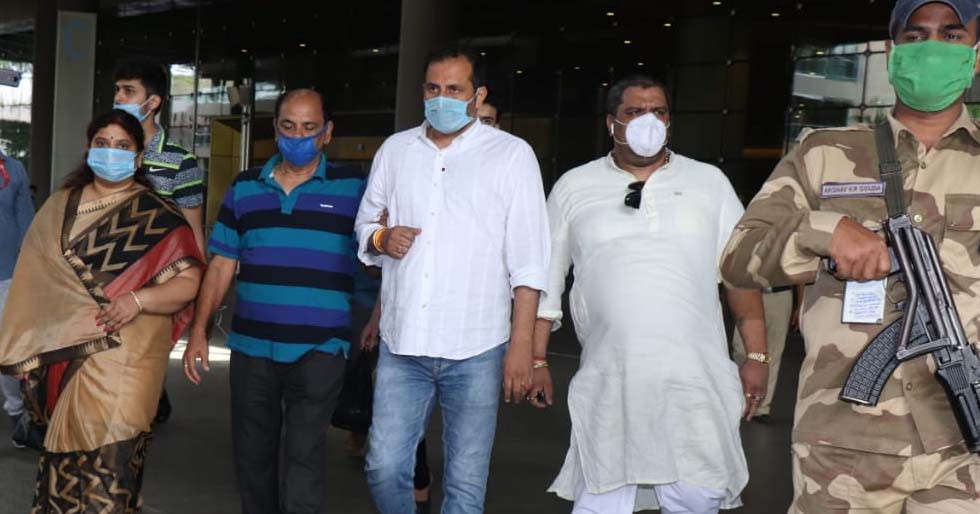 Sushant Singh Rajput Suicide: Actors Father Arrives in Mumbai for the Cremation Ceremony