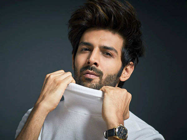 Kartik Aaryan borrows his hairstylist's t-shirt and changes on the road
