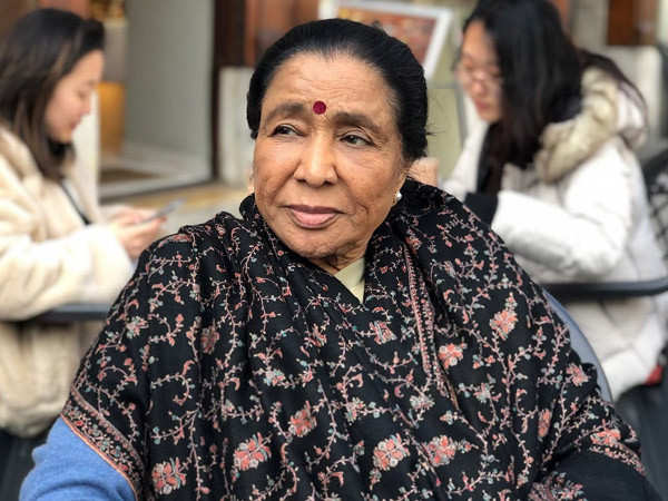 Asha Bhosle advices aspiring singers to focus on singing and not fall for the glamourization trap
