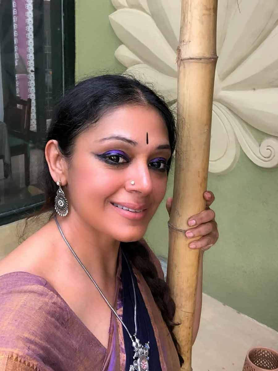 This Video Of Shobana Teaching Dance To Her Daughter Is Going Viral Filmfare Com Mayilsamy and shobana are now forced to act as husband and wife. shobana teaching dance to her daughter