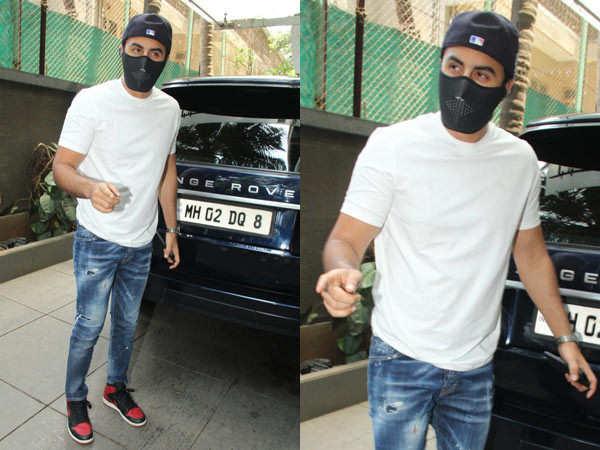 Ranbir Kapoor gets annoyed at the paparazzi