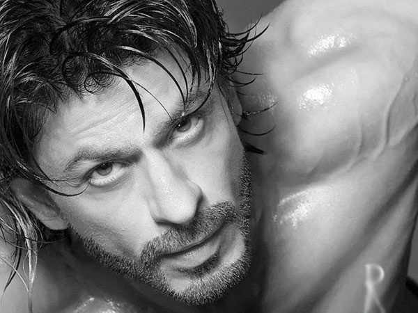 Shah Rukh Khan's This Shirtless Image Is Driving Netizens Crazy