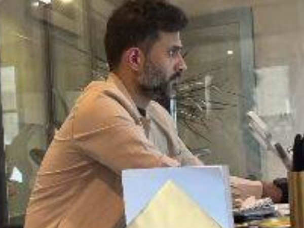 Sonam Kapoor shares a glimpse of her workaholic husband Anand Ahuja