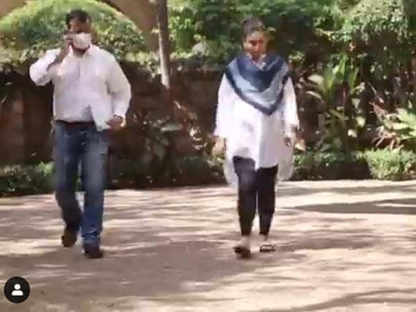 Kareena Kapoor Khan and Karisma Kapoor spotted leaving late Rajiv Kapoor's residence