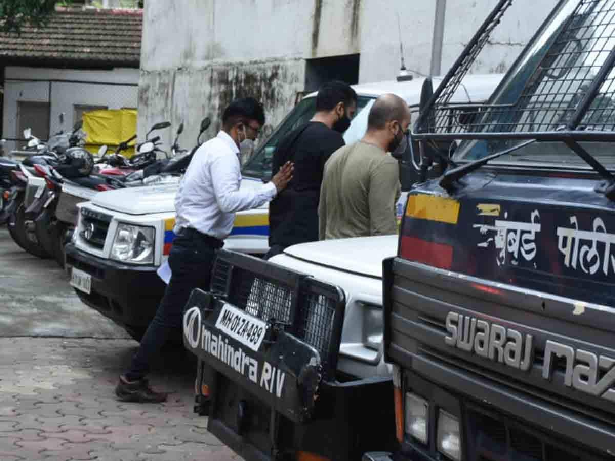 Raj Kundra a été placé en détention judiciaire il y a plus de deux jours après que la nouvelle de son implication dans la création et la publication de contenu pornographique ait été révélée. L'homme d'affaires est le mari de Shilpa Shetty Kundra et toute l'industrie est entrée dans un état de choc en apprenant ce qui s'est passé dans la maison Kundra. Raj a été placé en garde à vue et sa demande de libération sous caution n'a pas été acceptée par le tribunal. Il a été placé en détention jusqu'au 27 juillet 2021 soit demain. Aujourd'hui, nous avons photographié l'homme d'affaires de la branche criminelle de Byculla alors qu'il se dirigeait rapidement vers le bâtiment avec les flics au milieu d'une frénésie médiatique. Continuez à regarder cet espace pour plus de mises à jour sur l'affaire.