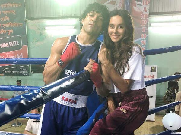 Shibani Dandekar proves she is Farhan Akhtar's biggest cheerleader