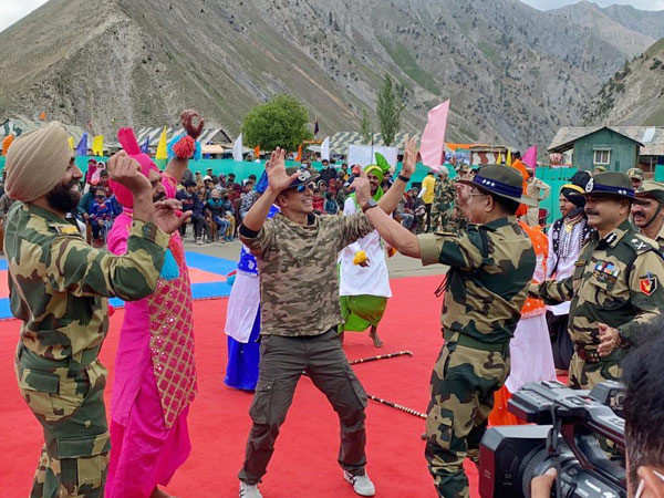 Photos: Akshay Kumar Spends A Day With The Border Security Force