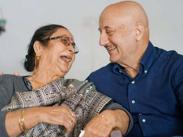 Anupam Kher's mother reacts to her son completing 40 years in Mumbai
