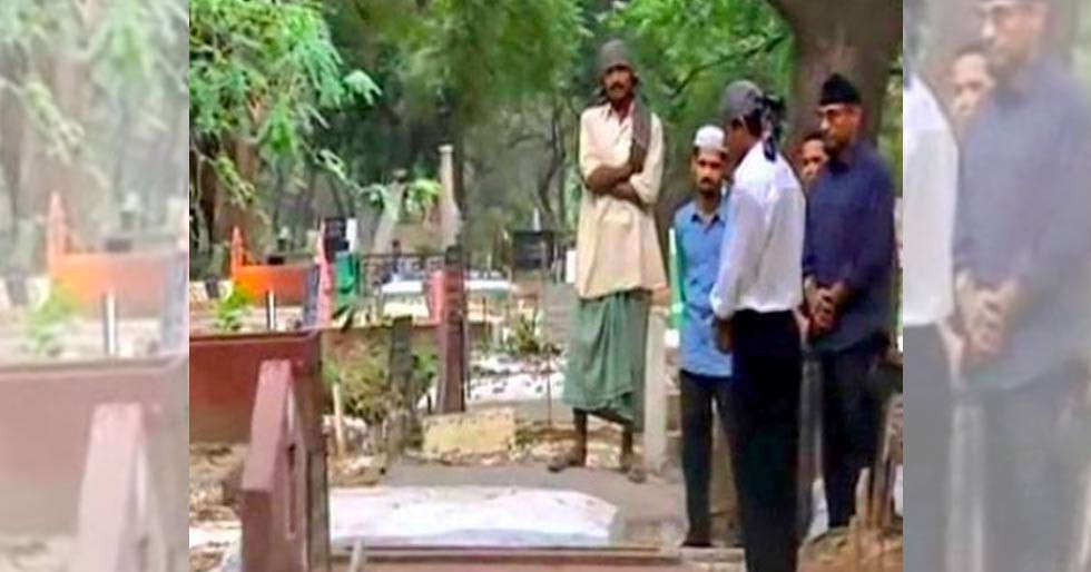 Shah Rukh Khan visits his parents' resting place in Delhi to pay his respects