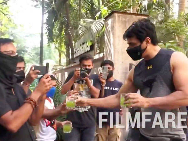 Sonu Sood's Sweet Gesture For The Paparazzi Again Shows His Humble Side