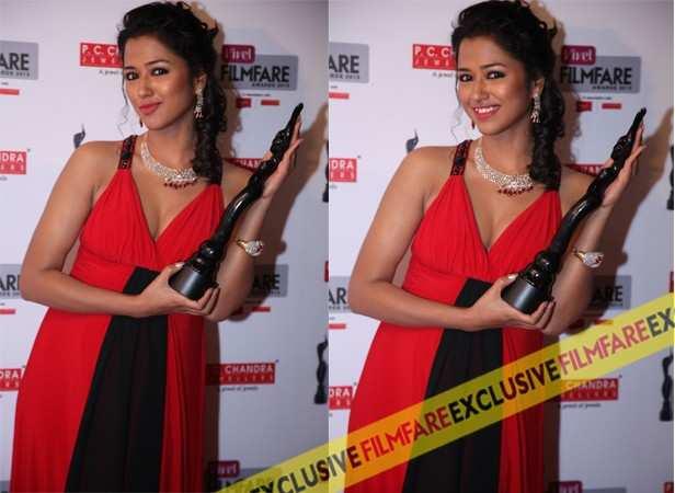 Sohini Sarkar poses with her Debut Award for Phoring and Rupkatha Noy