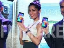 Freida Pinto shows off her new phone