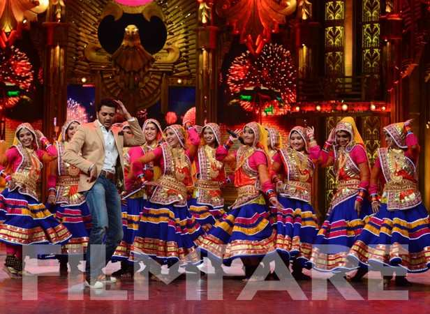 Riteish with the contestants of Entertainment Ke Liye Kuch Bhi Karenga