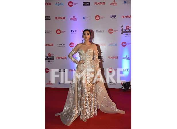 Sonam Kapoor filmfare red carpet