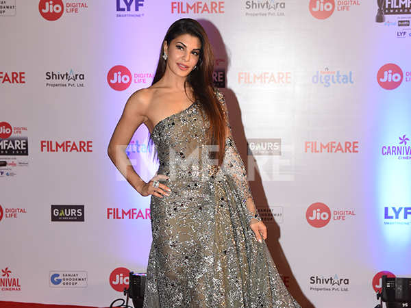 Jacqueline Fernandez sizzles on the red carpet at the Jio Filmfare Awards