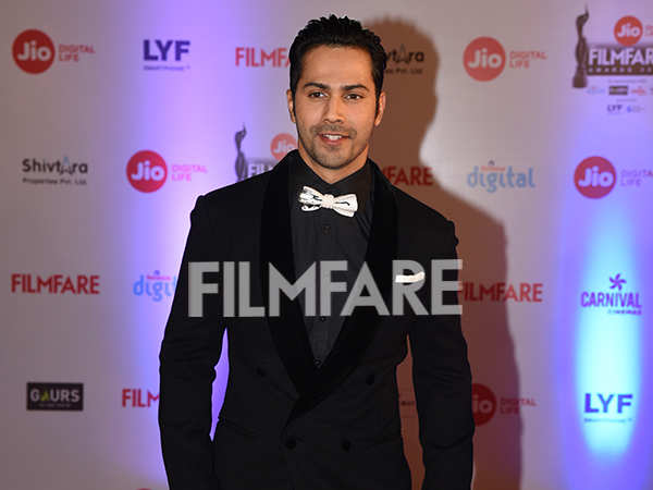 Hotstepper Varun Dhawan looks fabulous at the JioFilmfareAwards