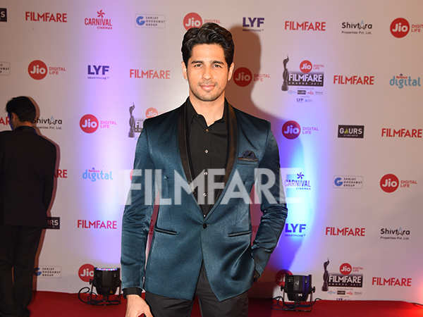 Sidharth Malhotra slays at the Jio Filmfare Awards