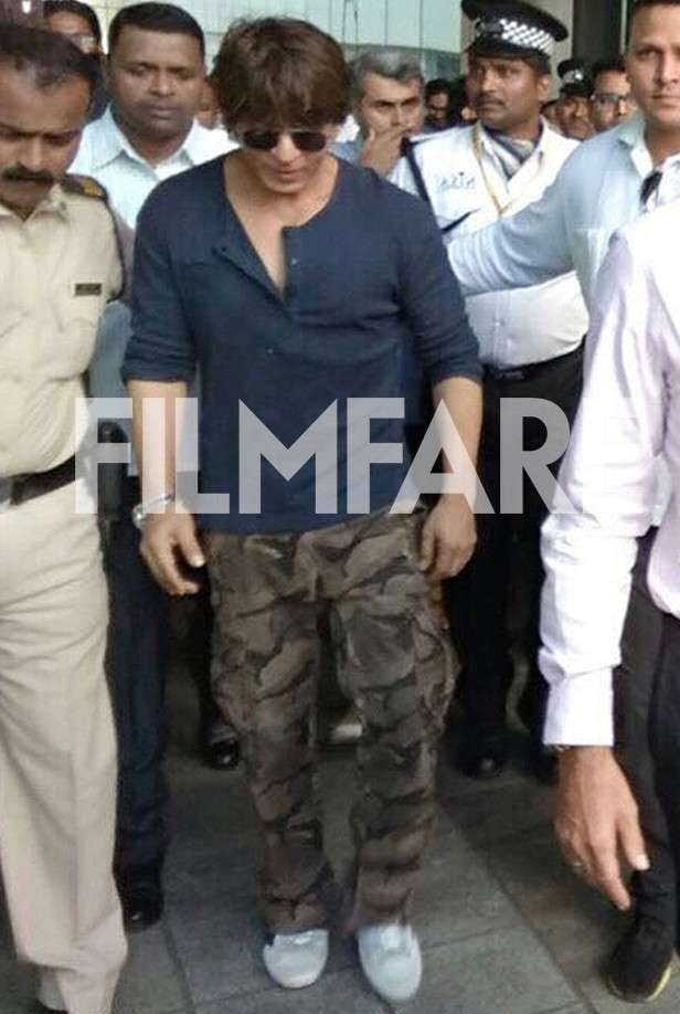 Shah rukh khan spotted sporting a sexy pair of cargo pants for Shahrukh khan t shirt brand