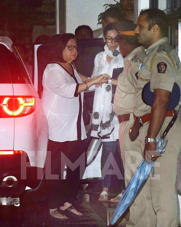 Babita Kapoor, Karisma Kapoor, Neetu Kapoor offer their last respects to Shashi Kapoor