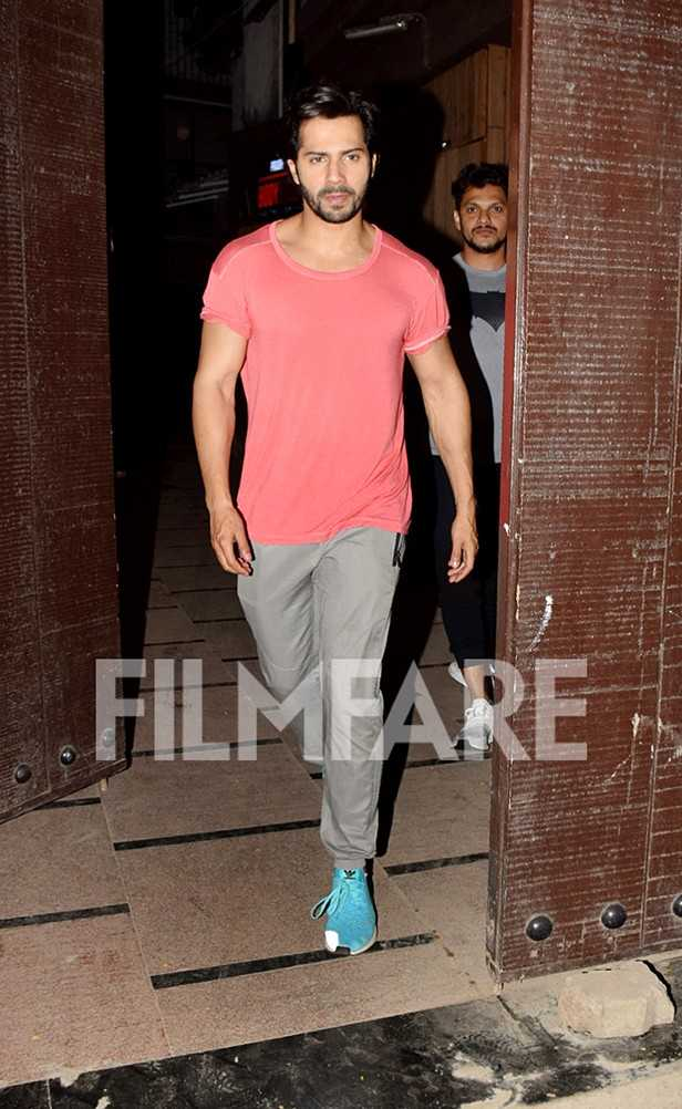 .@Varundhawan slays pink at the gym. Check out these pictures!