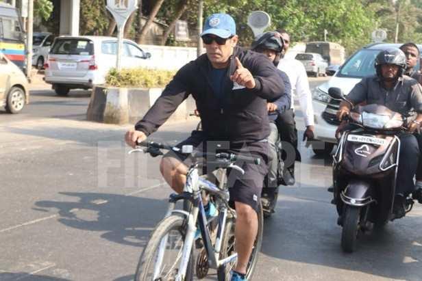 07f143d56 Salman Khan cycles around Mumbai as he beats the mid-week blues ...