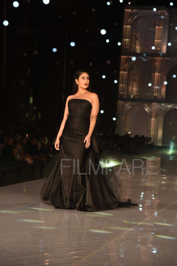 Kareena Kapoor Khan looks stunning at the grand finale of LFWWF'19